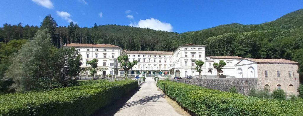 Vista del Balneari de Montagut a l'arribar caminant pel camí de Ribes de Freser